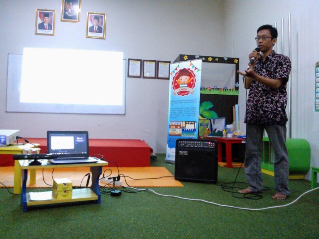 CEO NextIn Indonesia, Risqi Utama, sedang menjelaskan aplikasi edukasi LexiPal